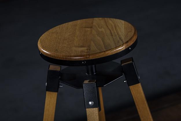 Banqueta de madeira com pernas de metal