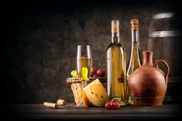 Banquete com vinho branco e queijo