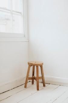 Banquinho de madeira no canto de uma sala