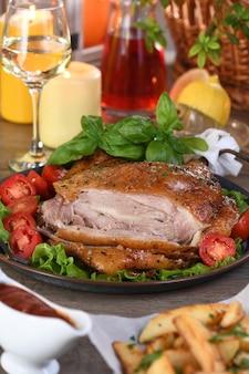 Baqueta de peru fatiado em uma bandeja de vegetais na mesa de jantar de ação de graças
