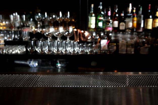 Bar balcão com fundo de vidro em tom escuro
