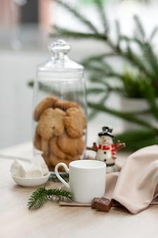 Bar balcão em uma cafeteria com decorações de ano novo, biscoitos, doces e café