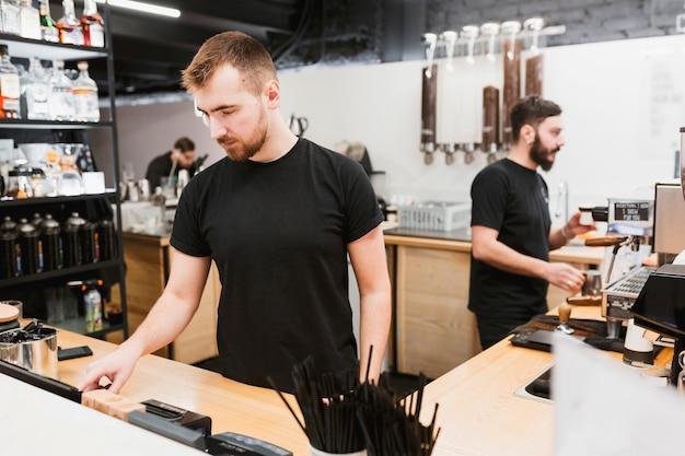 Bar conceito com barmen