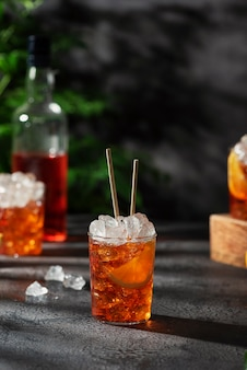 Bar conceprt. aperol de coquetel italiano de verão com gelo e laranja, imagem de foco seletivo