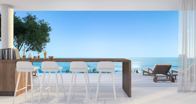 Bar de jantar em pequena vila perto da bela praia e mar ao meio-dia com céu azul
