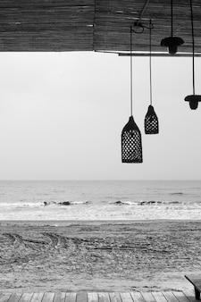 Bar de praia abandonado à beira-mar - fotografia em preto e branco