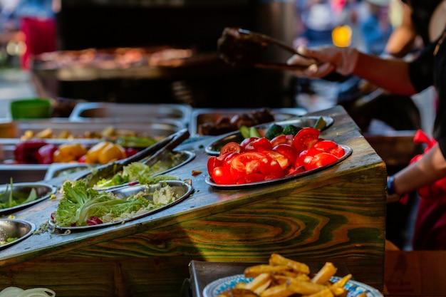Bar de saladas com legumes no mercado de rua