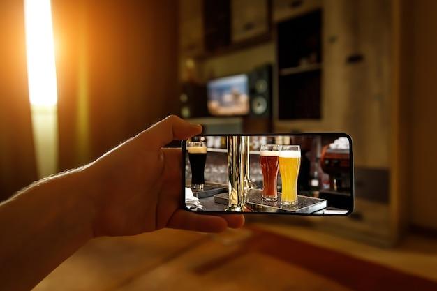 Bar via internet. usando tecnologias para beber online em casa com amigos.