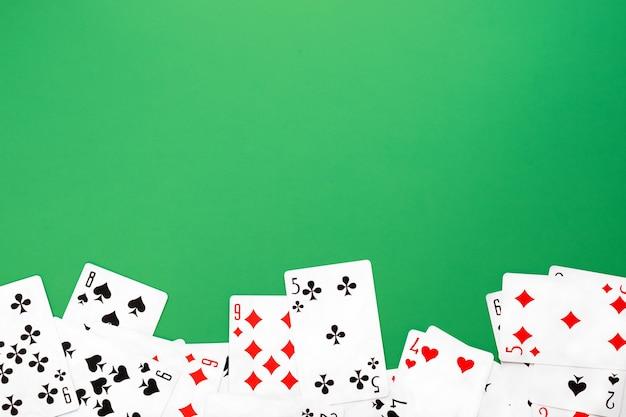 Baralho de cartas de baralho em espaço de cópia de mesa de fundo verde