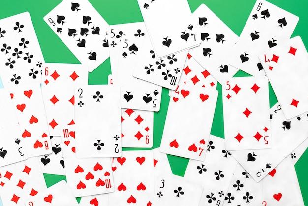 Baralho de cartas em fundo verde