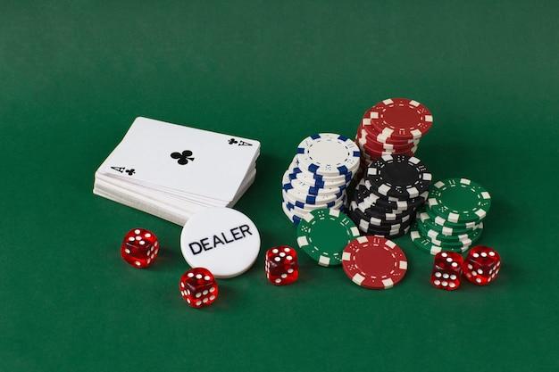 Baralho de cartas, jogando fichas, chip de dealer em uma mesa verde
