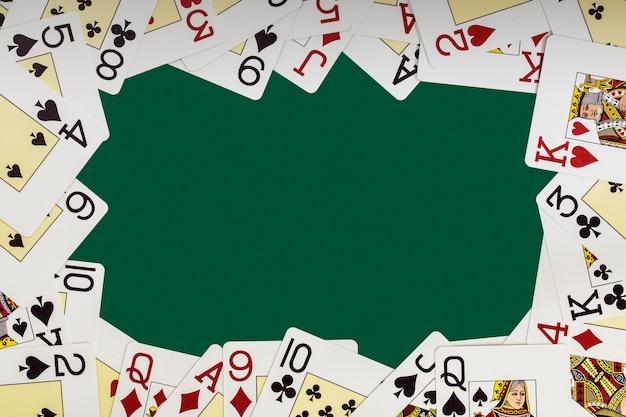 Baralho de cartas nas mesas de cassino formando um quadro