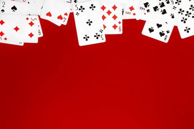 Baralho de cartas no espaço de cópia da mesa de fundo vermelho