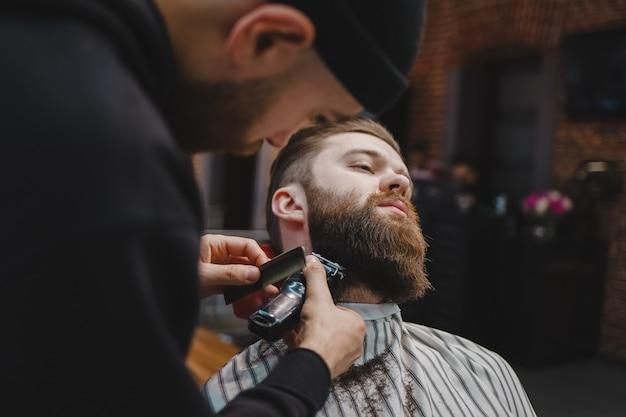 Barba de corte de barbeiro para um cliente