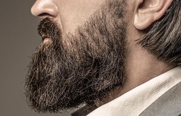 Barba é o seu estilo. homem barbudo close-up. barba perfeita. close-up de jovem barbudo. feche de bonito homem elegante hipster de barba.