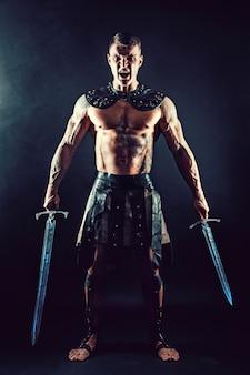 Bárbaro grave em traje de couro com espada