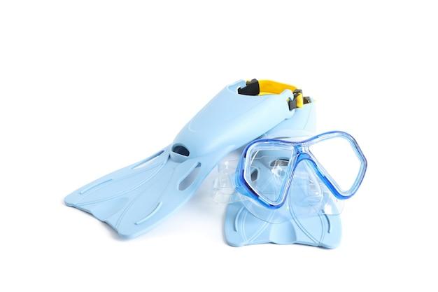Barbatanas azuis e máscara de mergulho isoladas no fundo branco
