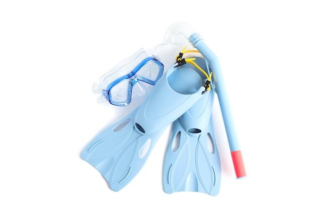 Barbatanas, snorkel e máscara de mergulho isolados no fundo branco
