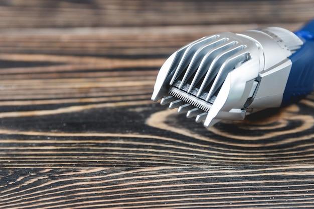 Barbeador elétrico na mesa de madeira