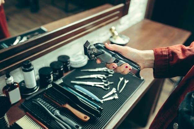 Barbearia. barbeiro feminino no salão.