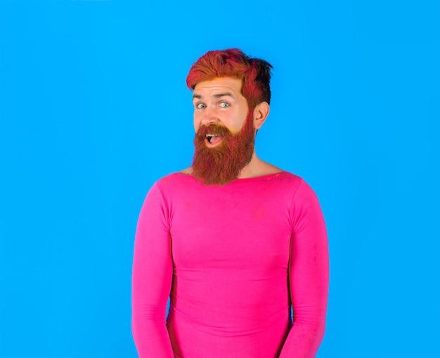 Barbearia conceito penteado feliz homem com barba tingida e cabelo moderno com cabeleireiro rosa