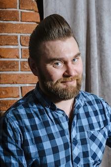Barbearia, um homem com uma barba cortada. cabelo e cuidados bonitos, salão de cabeleireiro