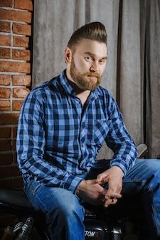 Barbearia, um homem com uma barba cortada. cuidado e cabelo bonito