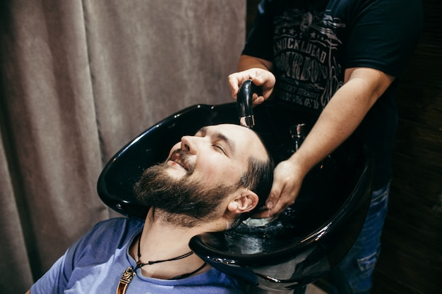Barbearia, um homem com uma barba cortar cabeleireiro