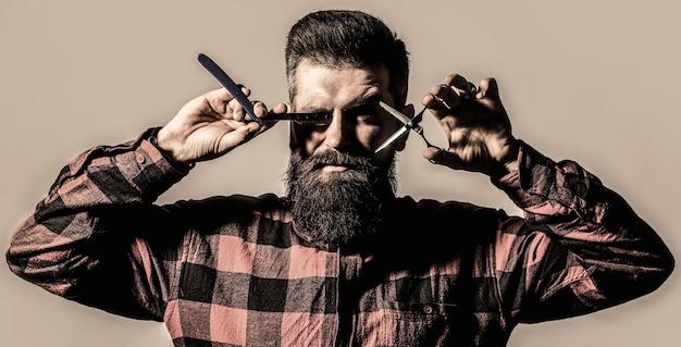 Barbearia vintage, barbearia, barbearia. tesouras de barbeiro. corte de cabelo de homem. homem na barbearia. homem barbudo, barba exuberante, bonito. hipster, homem brutal. corte de cabelo de homem. preto e branco