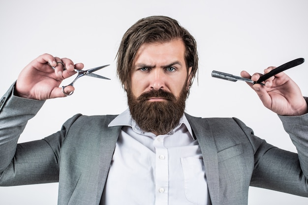 Barbearia vintage, fazendo a barba. homem barbudo do retrato. homens de bigode. cara brutal, tesoura, navalha. cliente barbudo visitando a barbearia. tesouras de barbeiro e navalha, barbearia, terno
