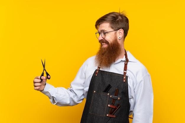 Barbeiro com barba longa em um avental com expressão feliz