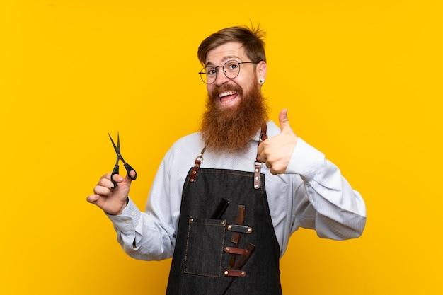 Barbeiro com barba longa em um avental com polegares para cima