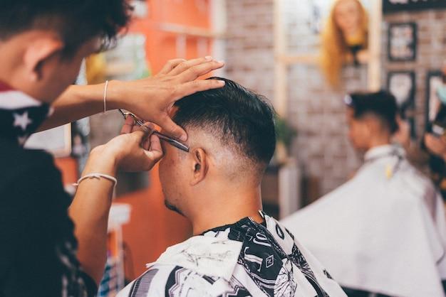 Barbeiro, corte cabelo, um, cliente, em, barbearia