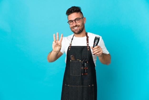 Barbeiro de avental feliz e contando três com os dedos