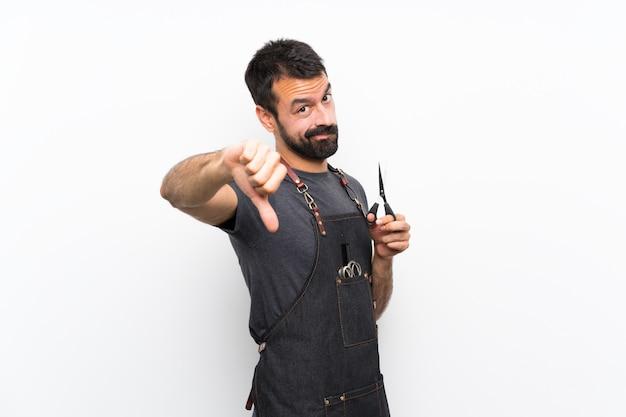 Barbeiro de avental mostrando o polegar para baixo com expressão negativa