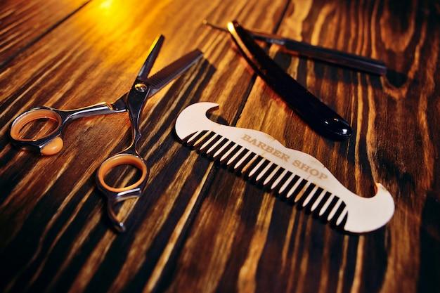 Barbeiro de ferramentas em um close-up do fundo de madeira