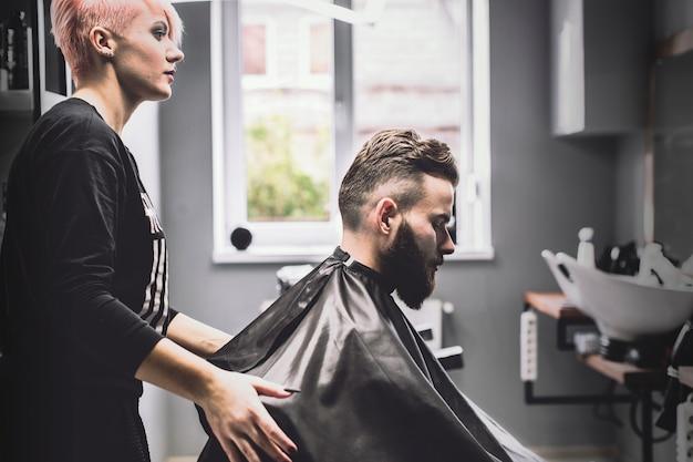 Barbeiro e cliente na loja
