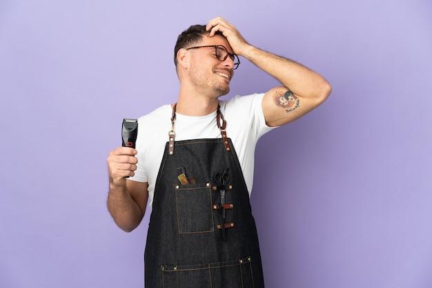 Barbeiro homem caucasiano com avental isolado