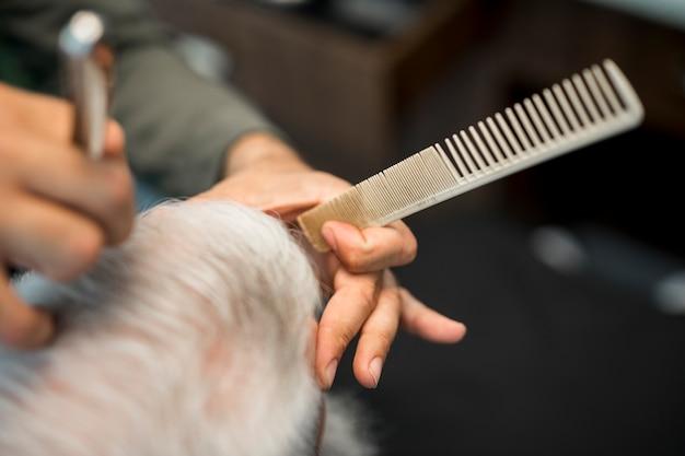 Barbeiro, mão, com, pente
