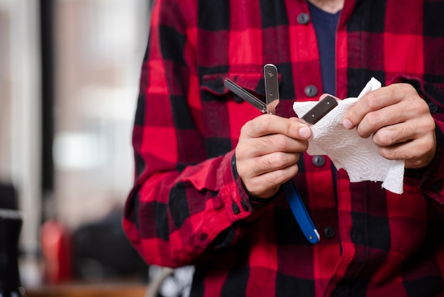 Barbeiro, preparando a lâmina para barbear novo