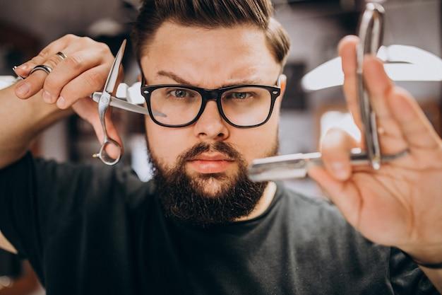 Barbeiro profissional com ferramentas de barbeiro close-up