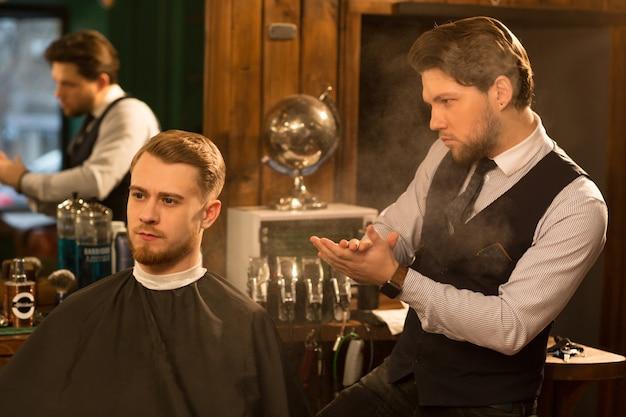 Barbeiro profissional trabalhando em sua barbearia