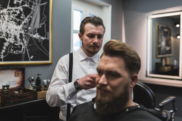 Barbeiro, servindo, barbudo, cliente
