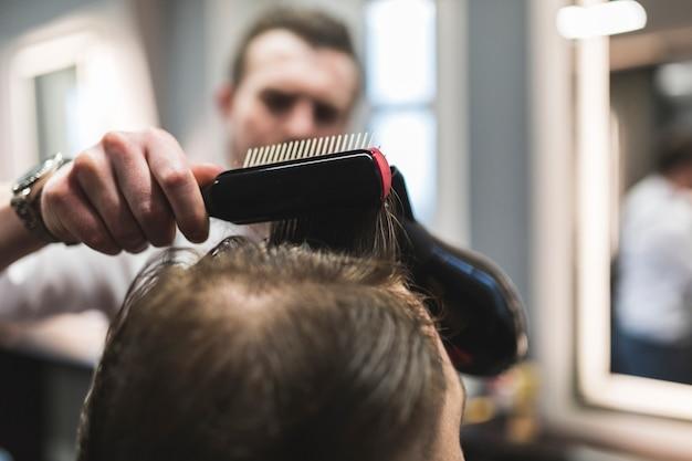 Barbeiro turva styling cabelo do cliente