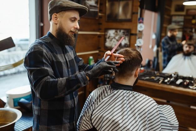 Barber faz um corte de cabelo para cliente, barbearia