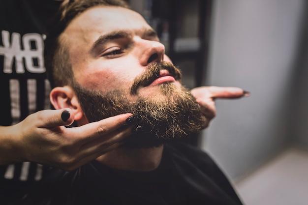 Barbero que mostra o resultado ao cliente