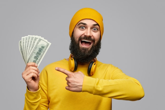 Barbudo animado mostrando o salário