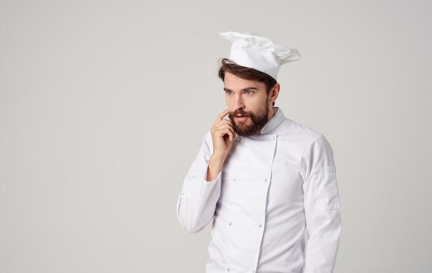 Barbudo homem chef cozinha gestos com as mãos trabalho emoções profissionais. foto de alta qualidade