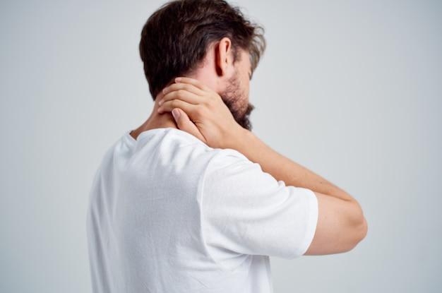 Barbudo homem dor no pescoço problemas de saúde massagem terapêutica fundo isolado. foto de alta qualidade