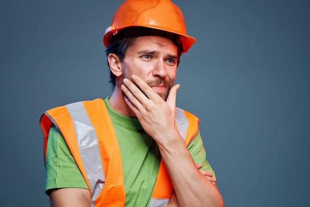 Barbudo homem duro profissão construção emoções profissionais. foto de alta qualidade